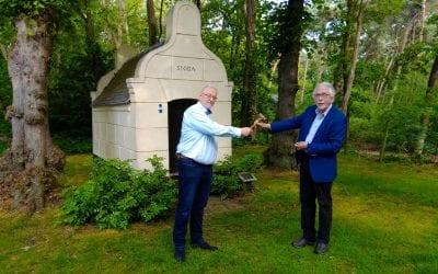 Koos Swinkels geeft voorzittershamer door aan René Francken