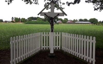 Zandhoek Oirlo hek bij kruis geplaatst